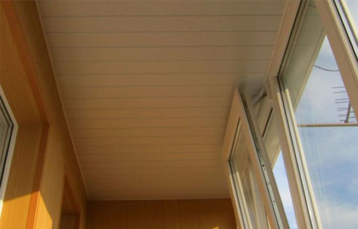 Потлок из пвх панелей на балконе