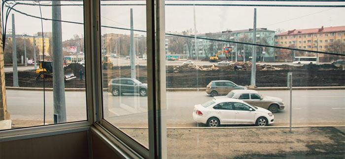 Вид из окна на проезжую часть